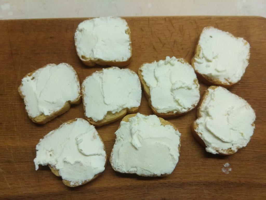 Фото рецепта - Фуршетная закуска – бутерброды с колбасой и сыром - шаг 1