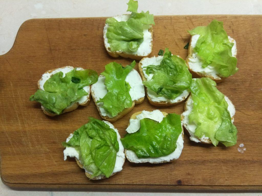 Фото рецепта - Фуршетная закуска – бутерброды с колбасой и сыром - шаг 2