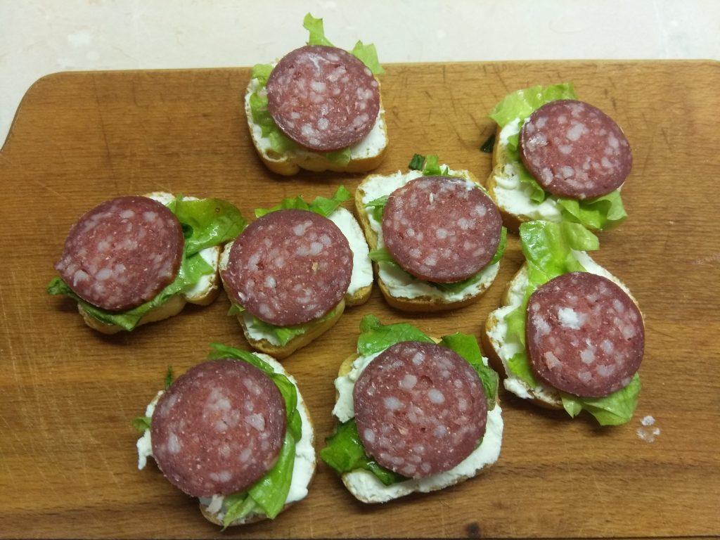 Фото рецепта - Фуршетная закуска – бутерброды с колбасой и сыром - шаг 3