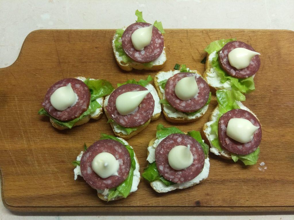 Фото рецепта - Фуршетная закуска – бутерброды с колбасой и сыром - шаг 4