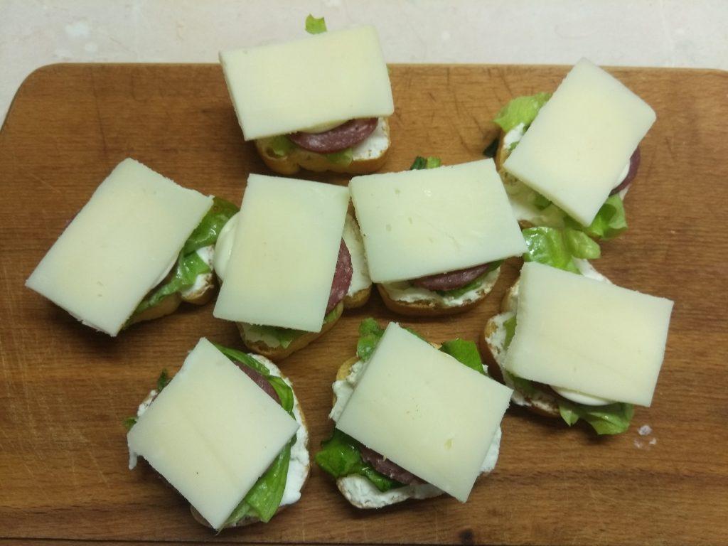 Фото рецепта - Фуршетная закуска – бутерброды с колбасой и сыром - шаг 5