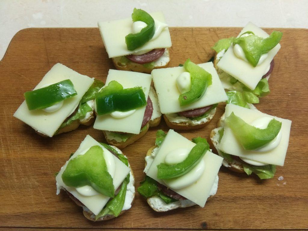 Фото рецепта - Фуршетная закуска – бутерброды с колбасой и сыром - шаг 6