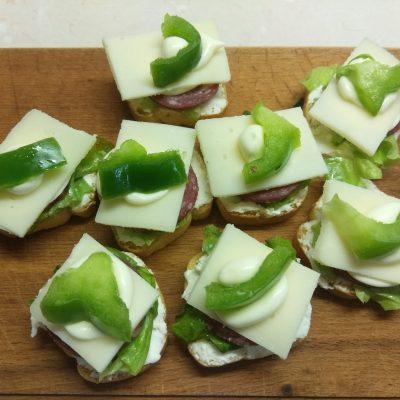 Фуршетная закуска – бутерброды с колбасой и сыром - рецепт с фото