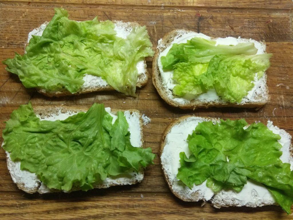 Фото рецепта - Горячие бутерброды с листьями салата и колбасным ассорти - шаг 2