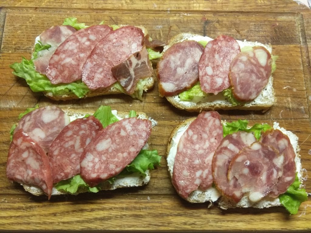 Фото рецепта - Горячие бутерброды с листьями салата и колбасным ассорти - шаг 3