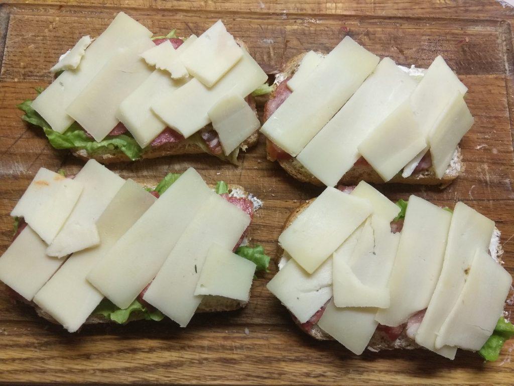 Фото рецепта - Горячие бутерброды с листьями салата и колбасным ассорти - шаг 4