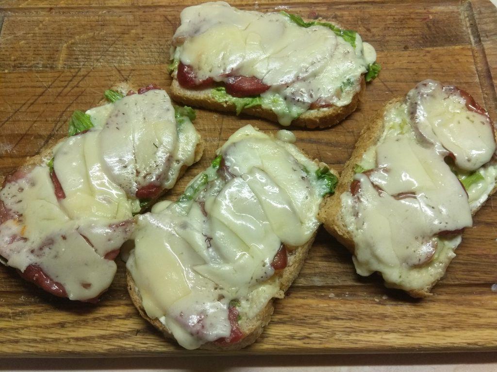 Фото рецепта - Горячие бутерброды с листьями салата и колбасным ассорти - шаг 5