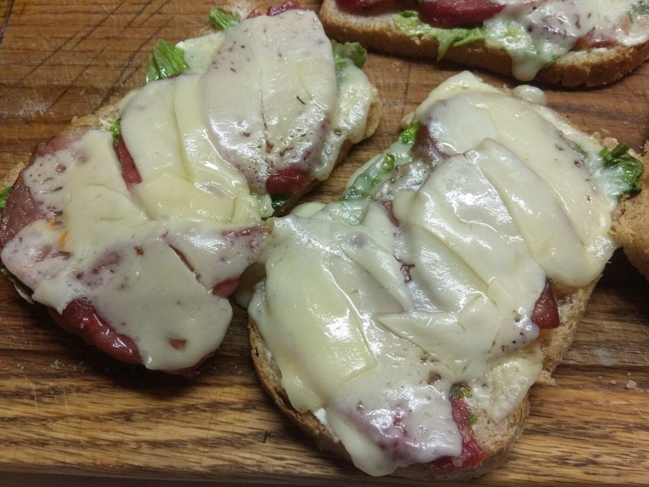 Горячие бутерброды с листьями салата и колбасным ассорти