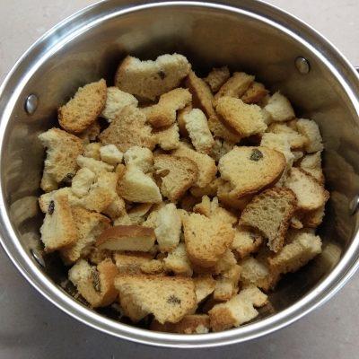 Фото рецепта - Сливовый пирог на сухариках - шаг 1