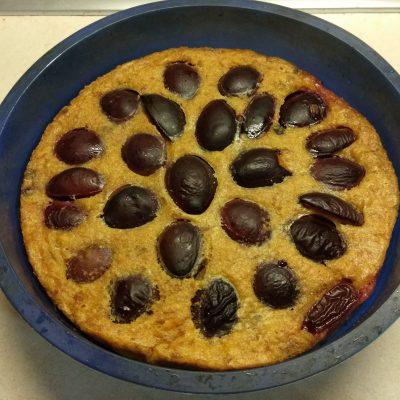 Фото рецепта - Сливовый пирог на сухариках - шаг 5