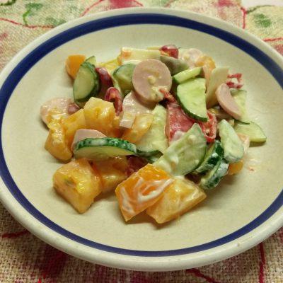 """Салат """"Радужное настроение"""" из овощей и сосисок - рецепт с фото"""