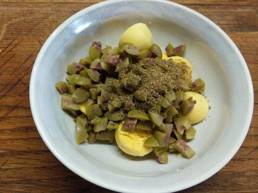 Фото рецепта - Яйца, фаршированные оливками - шаг 4