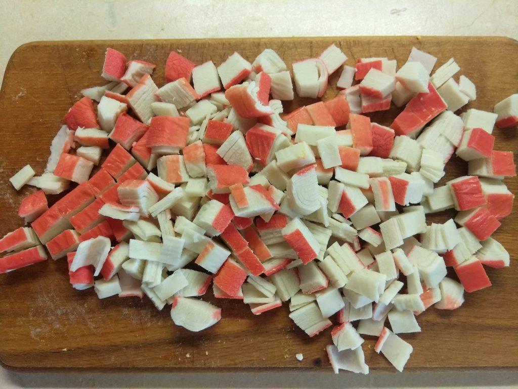 Фото рецепта - Салат с крабовыми палочками, ананасами и яблоками - шаг 3