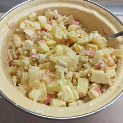 Фото рецепта - Салат с крабовыми палочками, ананасами и яблоками - шаг 6