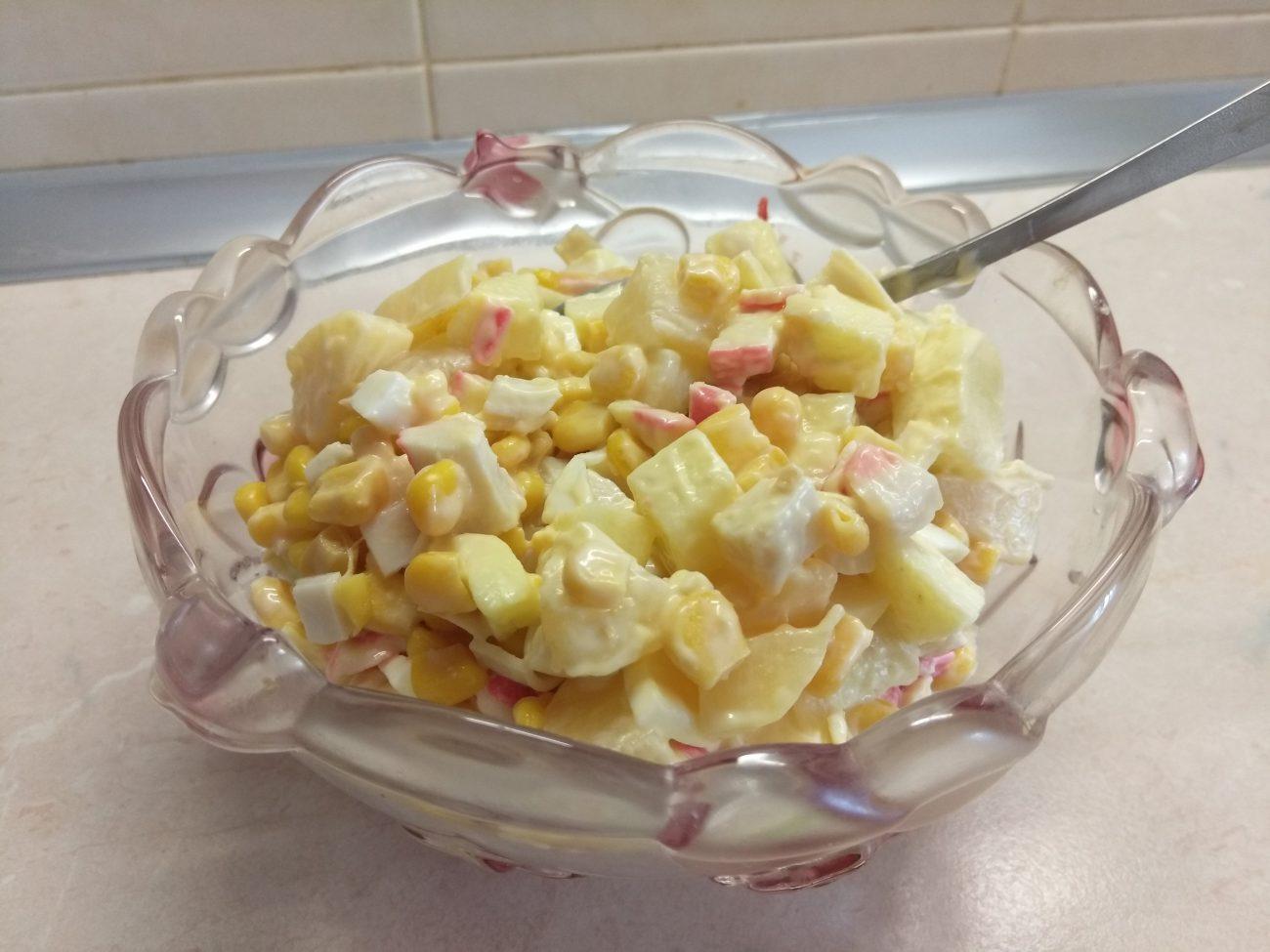 Салат с крабовыми палочками, ананасами и яблоками