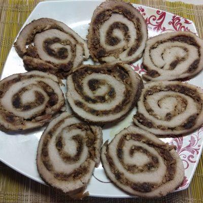 Мясной рулет с финиками и грецкими орехами - рецепт с фото