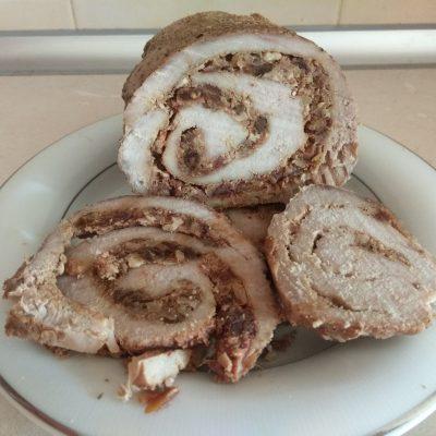 Фото рецепта - Мясной рулет с финиками и грецкими орехами - шаг 8