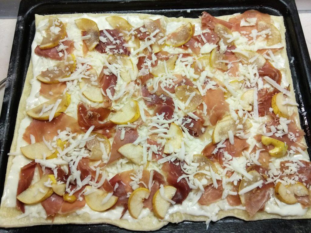 Фото рецепта - Слоенный пирог с хамоном и грушей под соусом бешамель - шаг 7