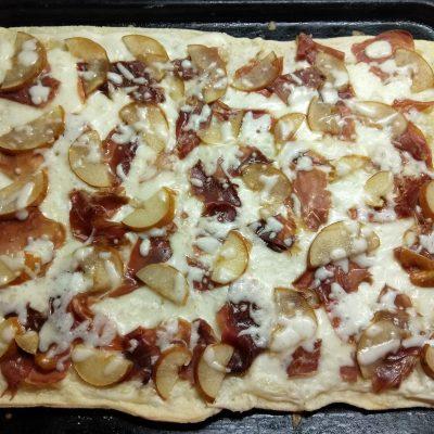 Фото рецепта - Слоенный пирог с хамоном и грушей под соусом бешамель - шаг 8