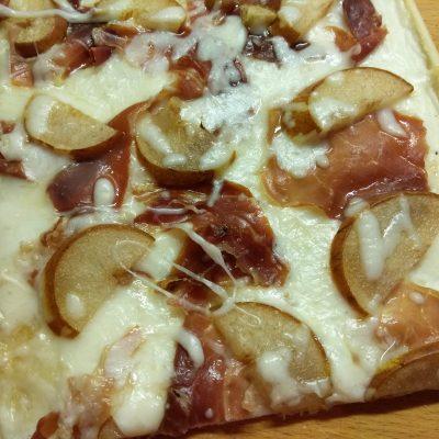 Слоенный пирог с хамоном и грушей под соусом бешамель - рецепт с фото
