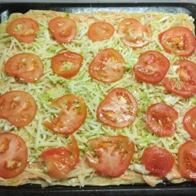 Фото рецепта - Быстрая пицца с пекинской капустой, сардельками и помидорами - шаг 4