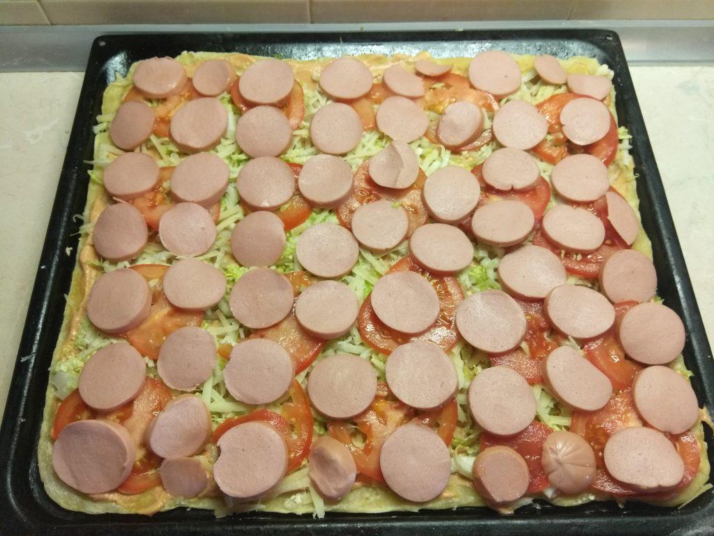 Фото рецепта - Быстрая пицца с пекинской капустой, сардельками и помидорами - шаг 5