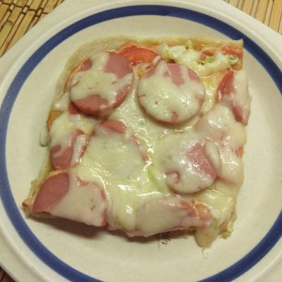 Фото рецепта - Быстрая пицца с пекинской капустой, сардельками и помидорами - шаг 7