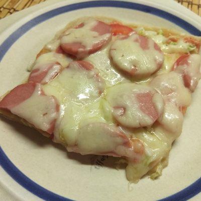 Быстрая пицца с пекинской капустой, сардельками и помидорами - рецепт с фото