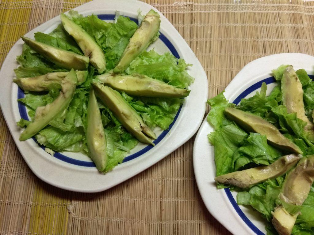 Фото рецепта - Салат с колбасой, авокадо, пармезаном и грушами - шаг 2