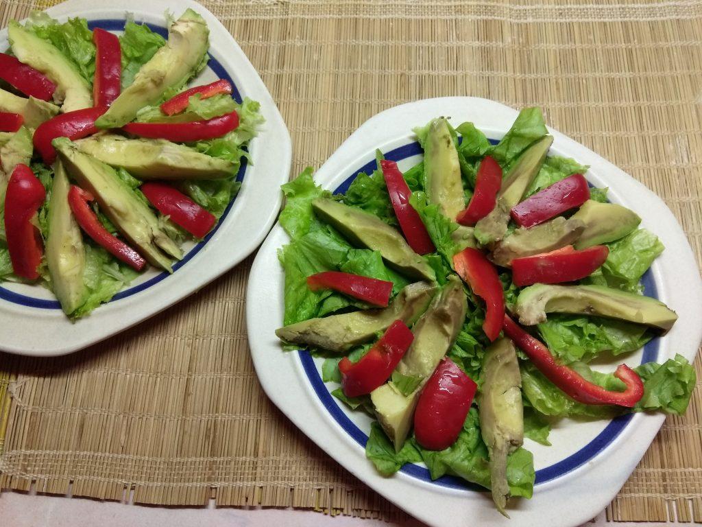 Фото рецепта - Салат с колбасой, авокадо, пармезаном и грушами - шаг 3