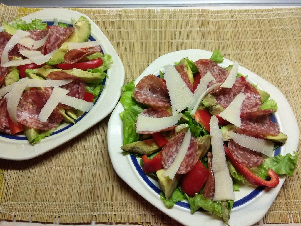 Фото рецепта - Салат с колбасой, авокадо, пармезаном и грушами - шаг 5