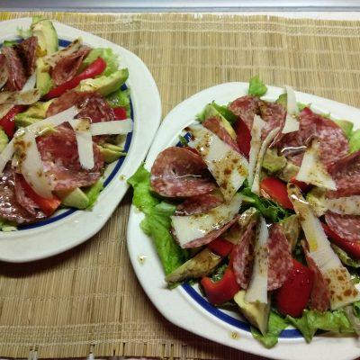 Фото рецепта - Салат с колбасой, авокадо, пармезаном и грушами - шаг 7