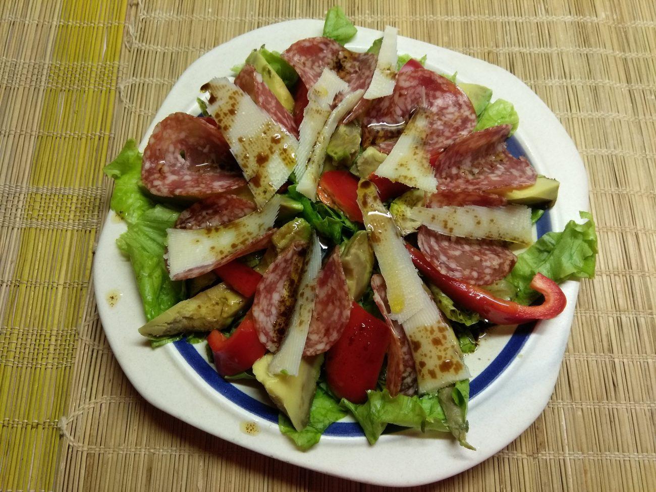 Салат с колбасой, авокадо, пармезаном и грушами