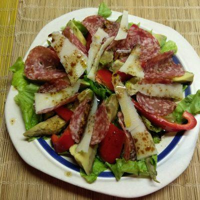 Салат с колбасой, авокадо, пармезаном и грушами - рецепт с фото