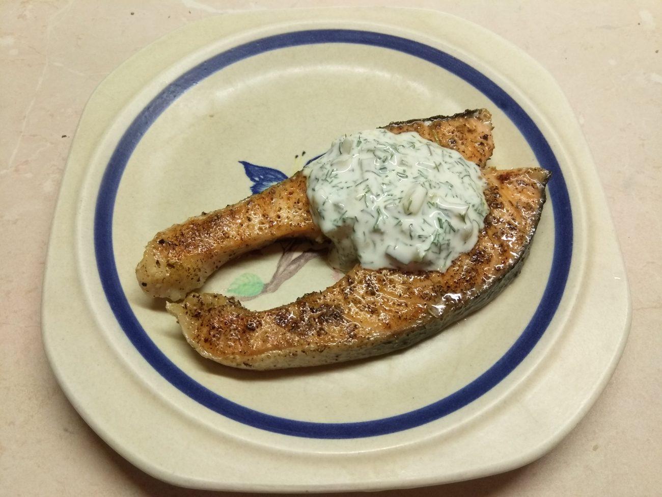 Жареные стейки лосося с соусом тартар