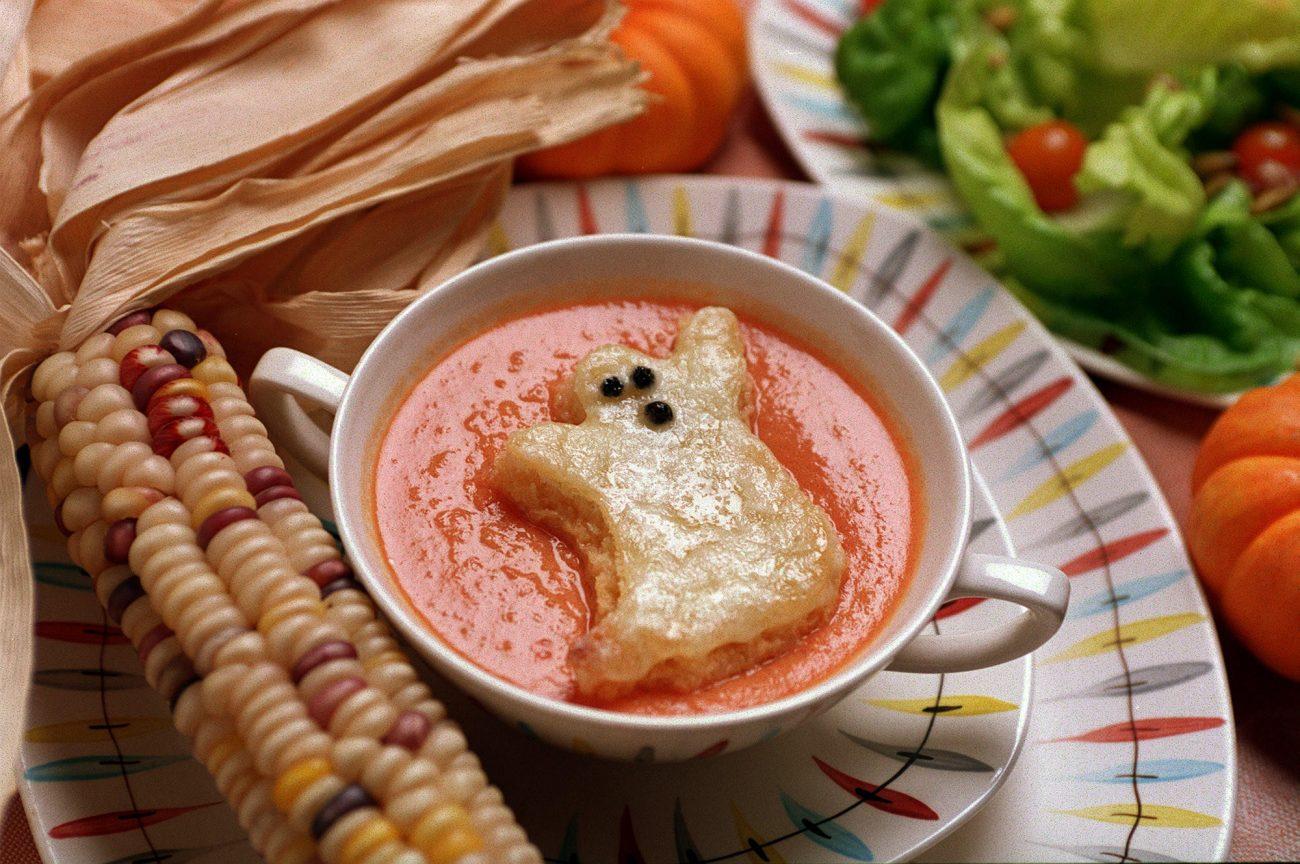 """Томатный суп с гренками """"призраками"""""""