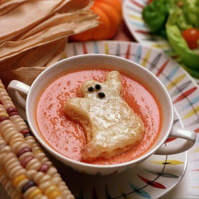 """Томатный суп с гренками """"призраками"""" - рецепт с фото"""