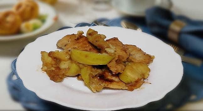 Тушеное куриное филе с яблоками и чесноком