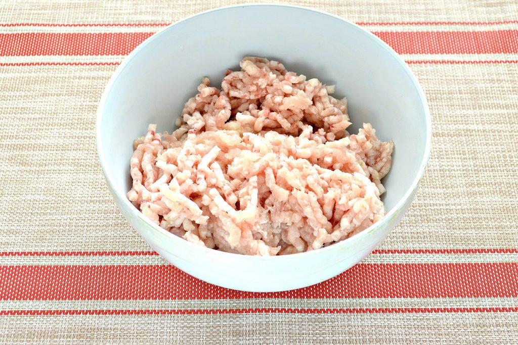 Фото рецепта - Котлеты из куриной грудки с салом - шаг 2