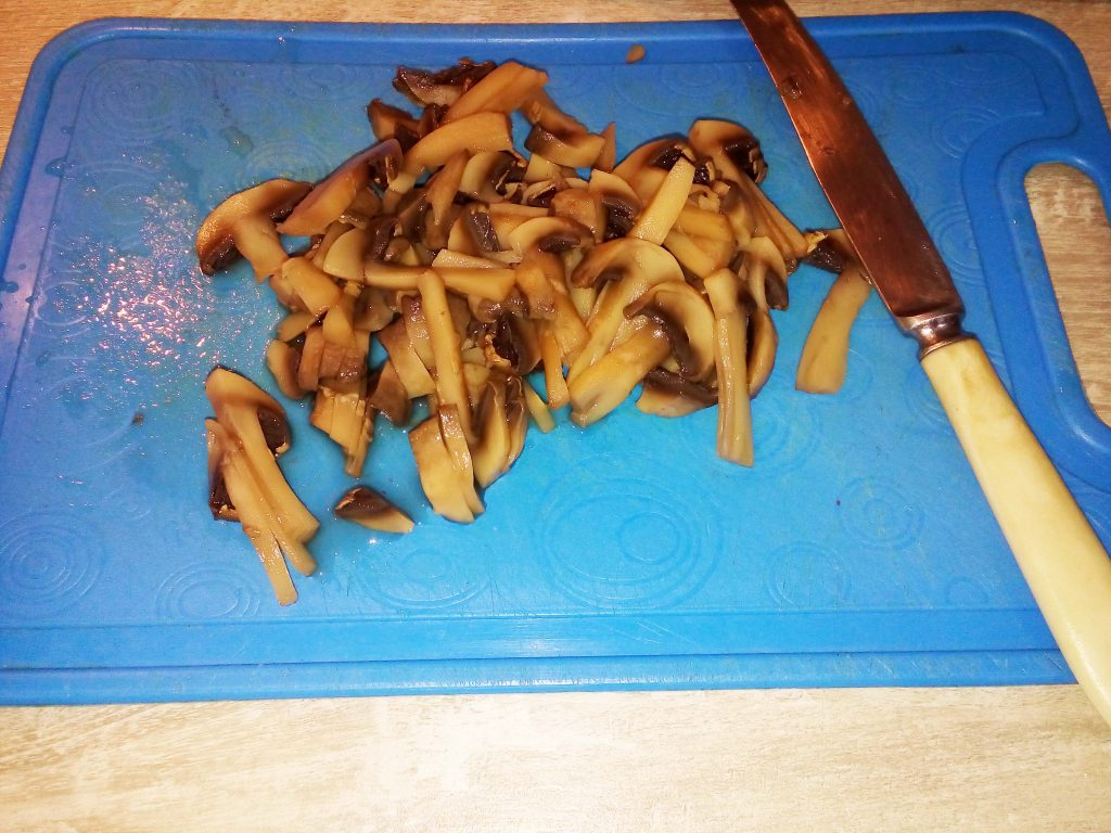 Фото рецепта - Салат из куриных желудков, сердец с морковью и грибами - шаг 3