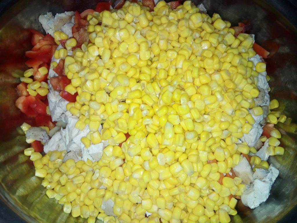 "Фото рецепта - Салат ""Куриный"" с ананасами и кукурузой - шаг 4"