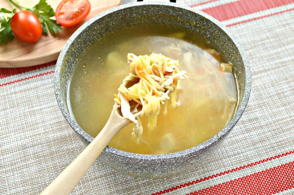 Фото рецепта - Куриный суп с яичной лапшой - шаг 4