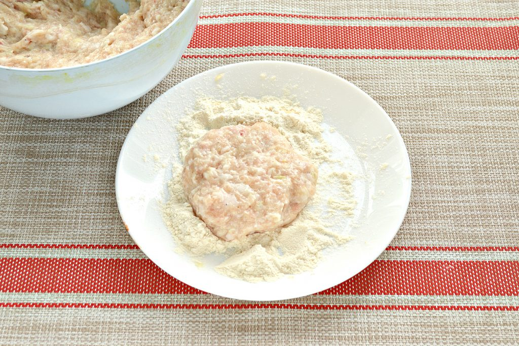 Фото рецепта - Котлеты из куриной грудки с салом - шаг 5