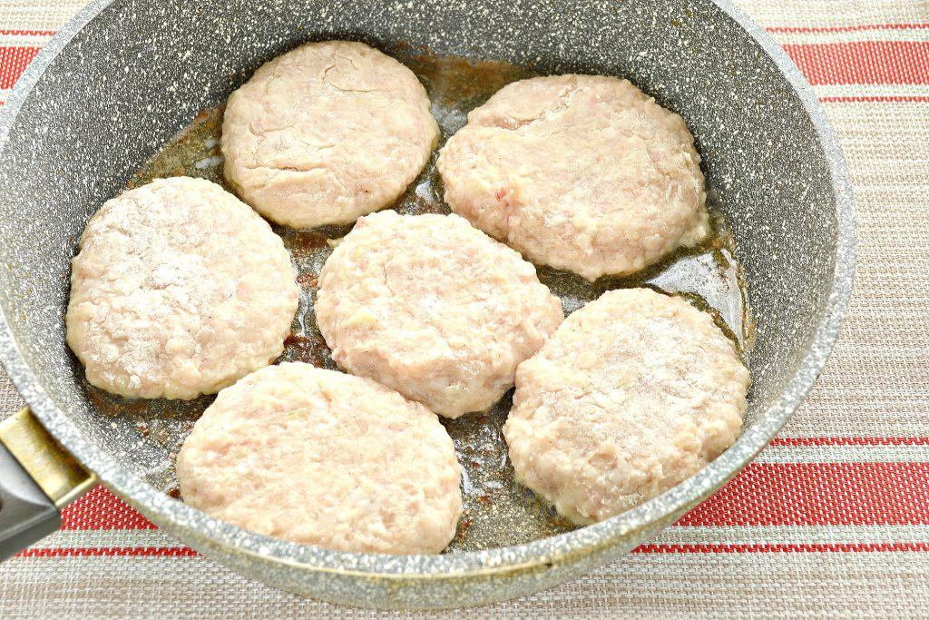 Фото рецепта - Котлеты из куриной грудки с салом - шаг 6