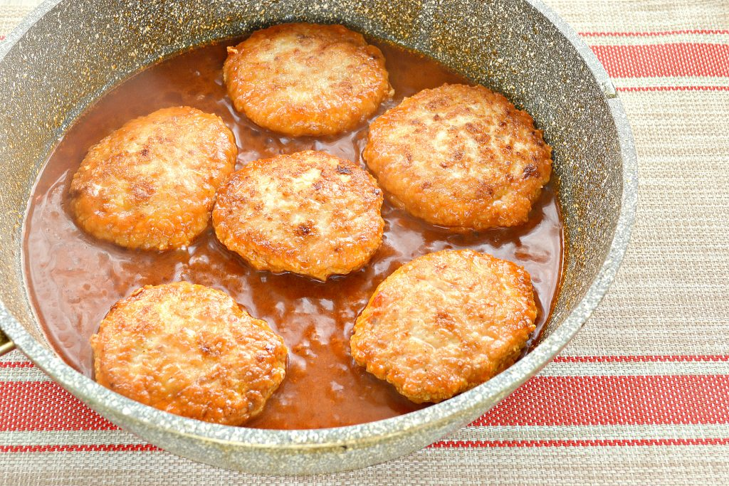 Фото рецепта - Котлеты из куриной грудки с салом - шаг 7