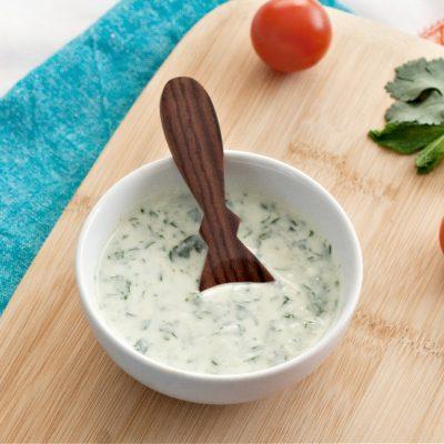Белый соус из йогурта с травами - рецепт с фото