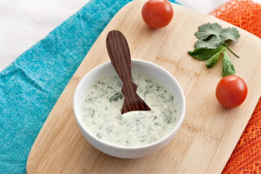 Белый соус из йогурта с травами