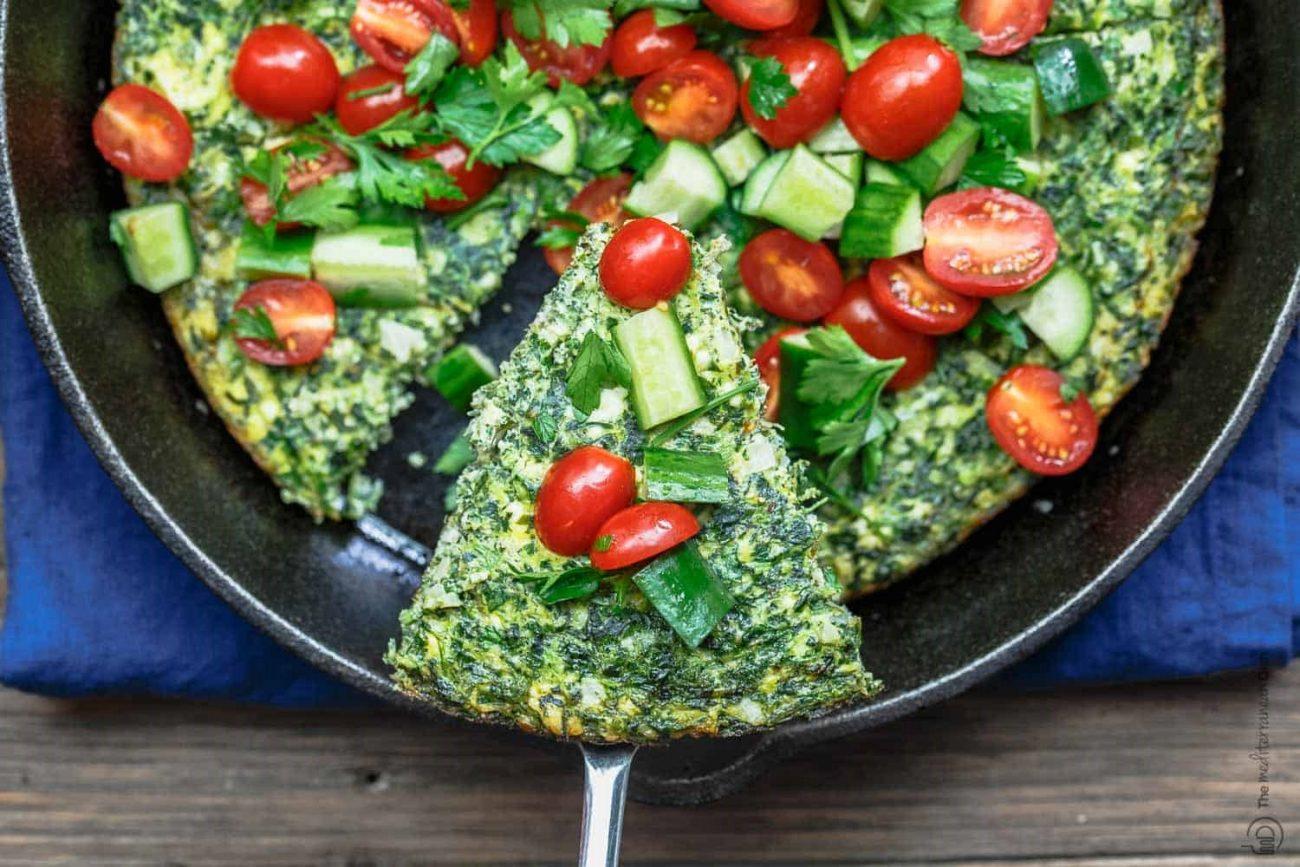 Фриттата из шпината и сыра с овощным салатом