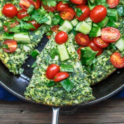 Фриттата из шпината и сыра с овощным салатом - рецепт с фото