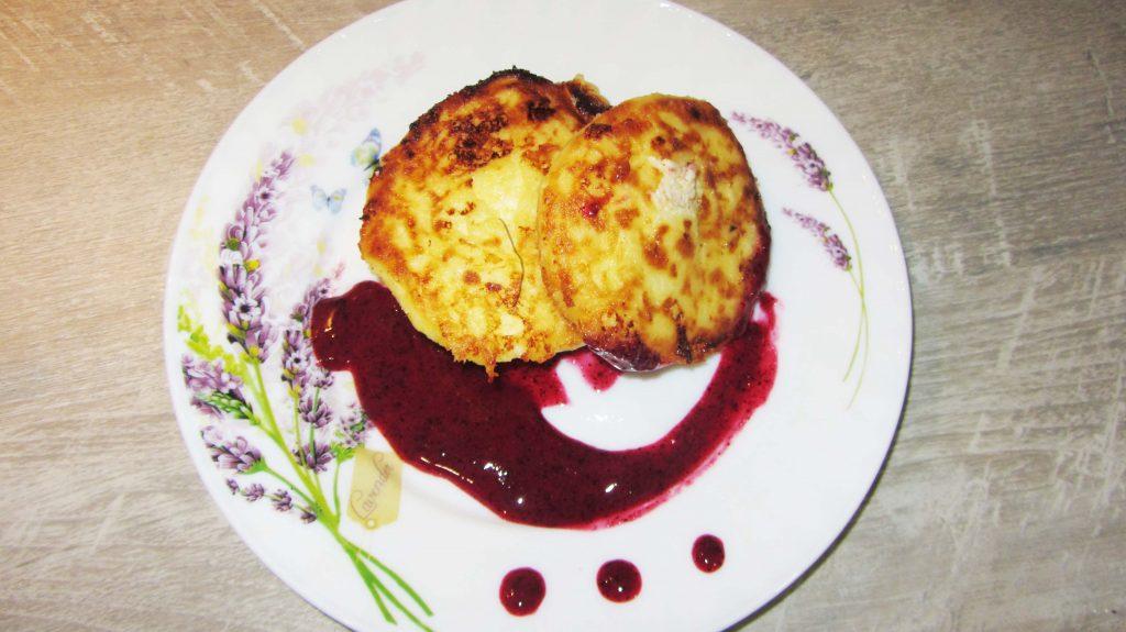 Фото рецепта - Творожные сырники с ягодным соусом - шаг 6